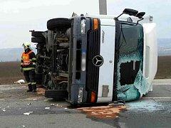 Kamion převrácený na bok zablokoval jeden z jízdních pruhů silnice 430 u obce Tvarožná na Brněnsku. Nákladní automobil se v pondělí převrátil po střetu s traktorem okolo osmé hodiny ráno.