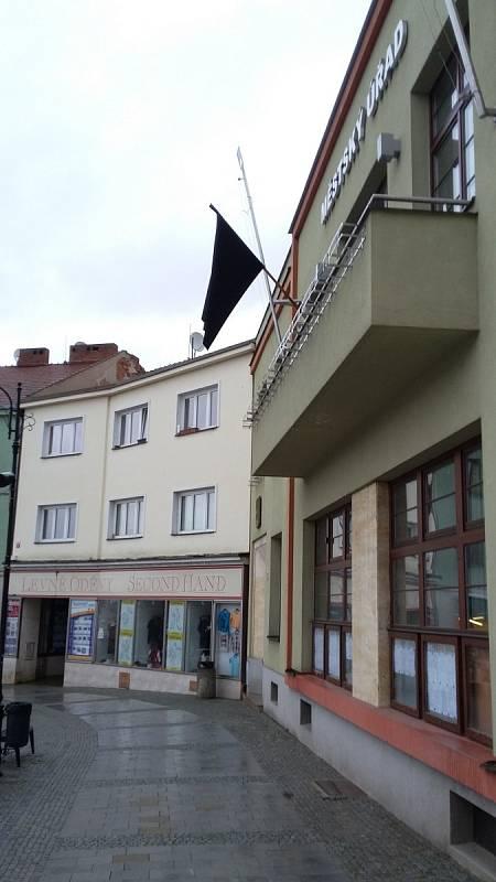 Před boskovickou radnicí vlaje na znamení soustrasti a úcty k obětem teroristického činu v Paříži černý prapor.