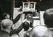 Lidé uctívali památku brněnských obětí vojenské okupace. Například vyvěšováním jejich fotografií na veřejných místech.