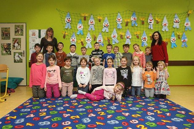 ZŠ Horníkova vBrně. Na fotografii třída 1.C střídní učitelkou Alenou Benešovou (vlevo) a asistentkou Michaelou Hromkovou (vpravo).