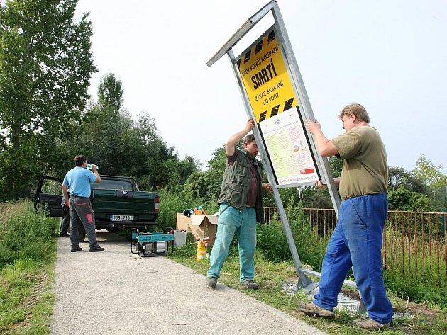 Na nebezpečí utopení upozorňuje šest nových cedulí na jezu v brněnských Maloměřicích.