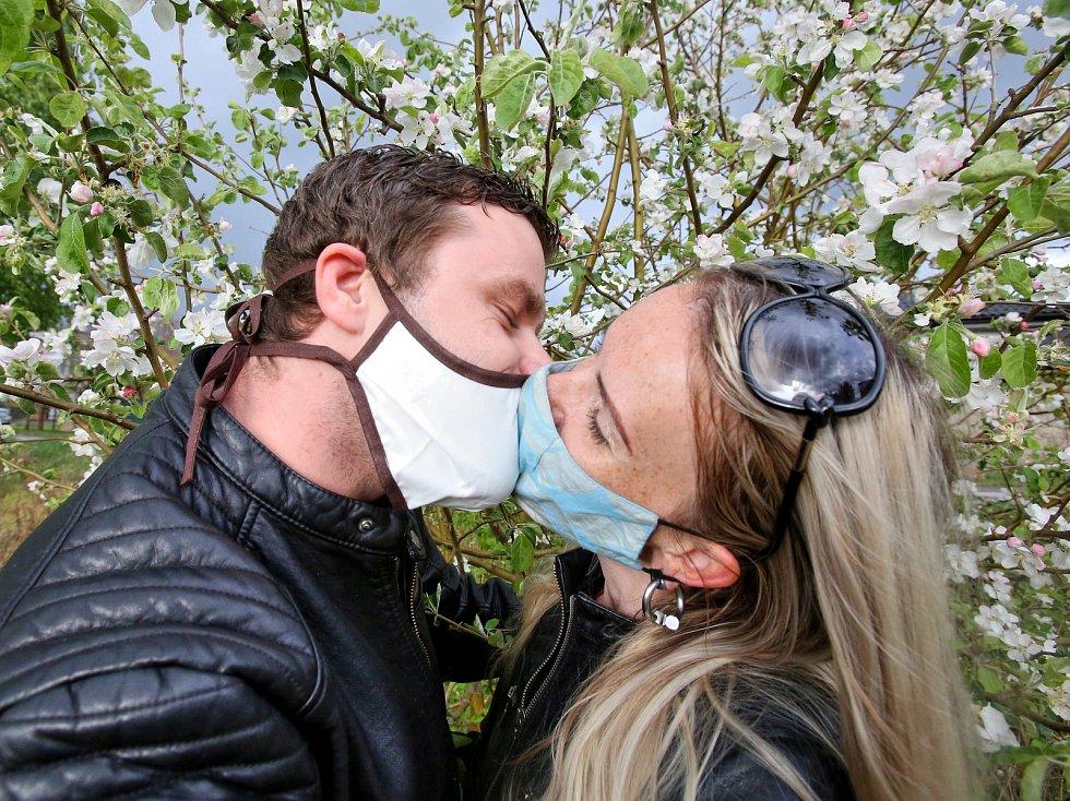 Letošní polibek pod rozvketlým stromem poněkud komplikuje nošení roušek.