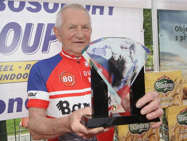 Legendy české cyklistiky a milovníci kol si při středečním Milčově kolečku připomněli bývalého závodníka Miloše Hrazdíru.
