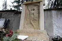 Pomník Elišky Machové na královopolském hřbitově.