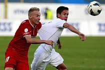 Útočník fotbalové Zbrojovky Brno Stanislav Vávra (v červeném).