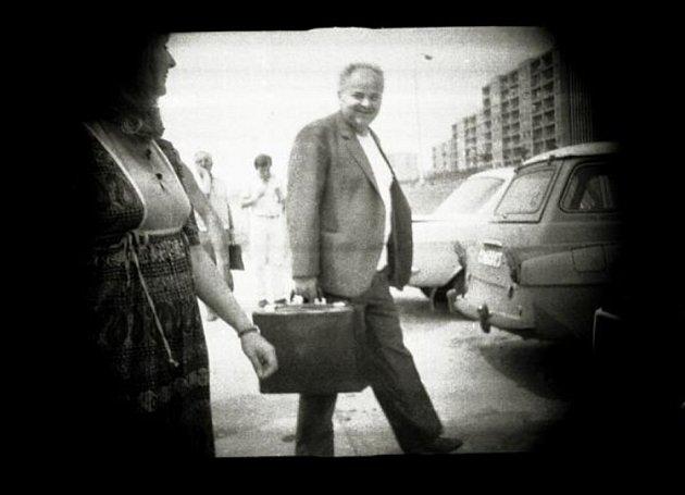 Výběr fotografií, pořízených příslušníky StB v 70.  a 80.  letech 20. století. Ilustrace.