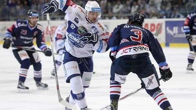 Střelecká nemohoucnost provázela v pátém kole extraligy hokejisty brněnské Komety a Vítkovic. V utkání nepadla branka a zápas dospěl až do samostatných nájezdů. Vítěznou branku vstřelil v penaltách Ondřej Roman.