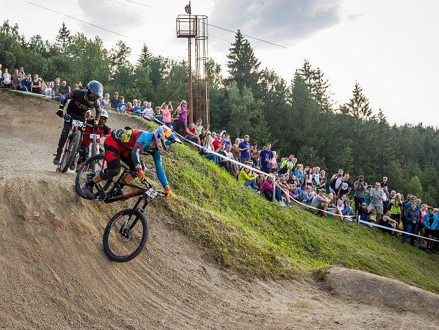 Finále závodu světové série horských kol ve fourcrossu JBC 4X Revelations proběhlo 14.července vbike parku Dobrý Voda vJablonci nad Nisou. Na snímku zprava Tomáš Slavík a Simon Waldburger (16).