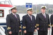 Na Brněnské přehradě zástupci dopravního podniku slavnostně zahájili 73. plavební sezonu. Přímo před zraky stovek lidí technici spustili na vodu loď Stuttgart.
