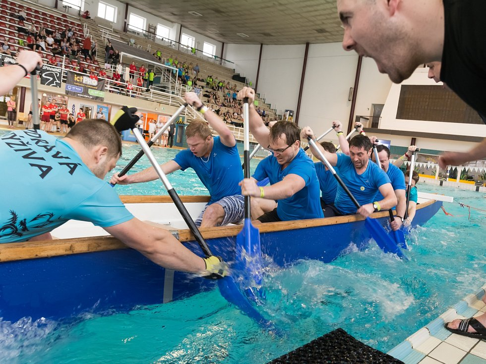 Dračí lodě patří jen na otevřenou vodu. Přesně tenhle předpoklad bortí halové mistrovství České republiky, jehož první díl se uskuteční v sobotu od deseti hodin dopoledne v brněnském bazénu za Lužánkami.