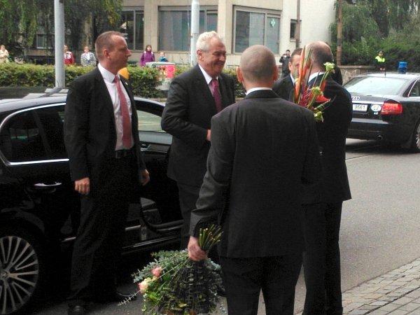 Prezident Miloš Zeman dorazil na jižní Moravu ve středu krátce po půl jedenácté dopoledne. Přivítal ho hejtman Jihomoravského kraje Michal Hašek.