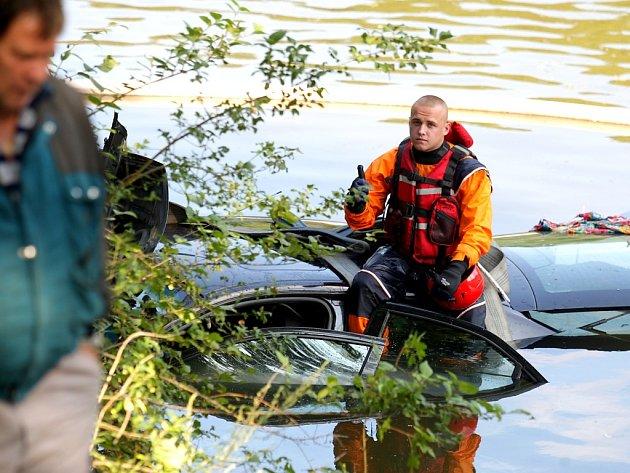Nehoda osobního automobilu u Brněnské přehrady, které sjelo do vody.