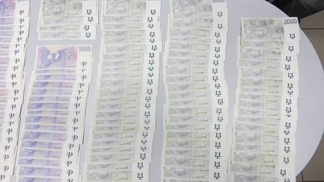 Cizinec zapomněl 450 tisíc v nákupním vozíku. Poctivý nálezce mu peníze donesl na policii.