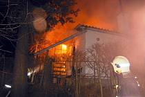 Pět jednotek hasičů vyjelo k požáru chaty ve Žďárci na Tišnovsku.