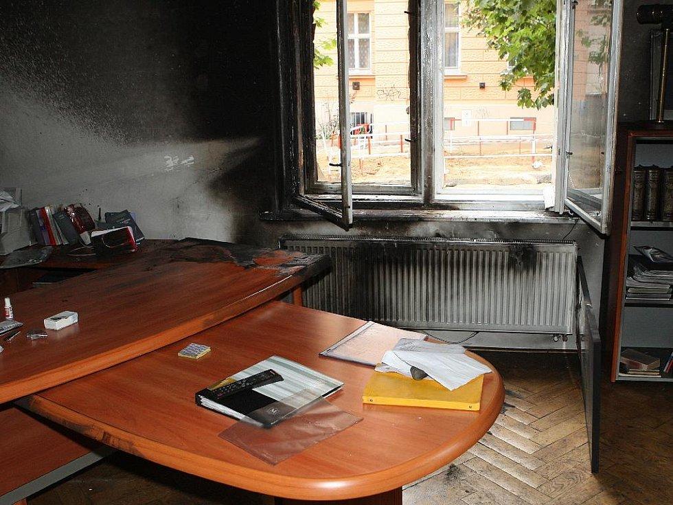 Vyhořelá kancelář Zdeňka Hrouzka a Josefa Kolinského.