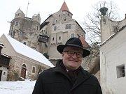 Ministr kultury Daniel Herman před hradem Pernštejn.