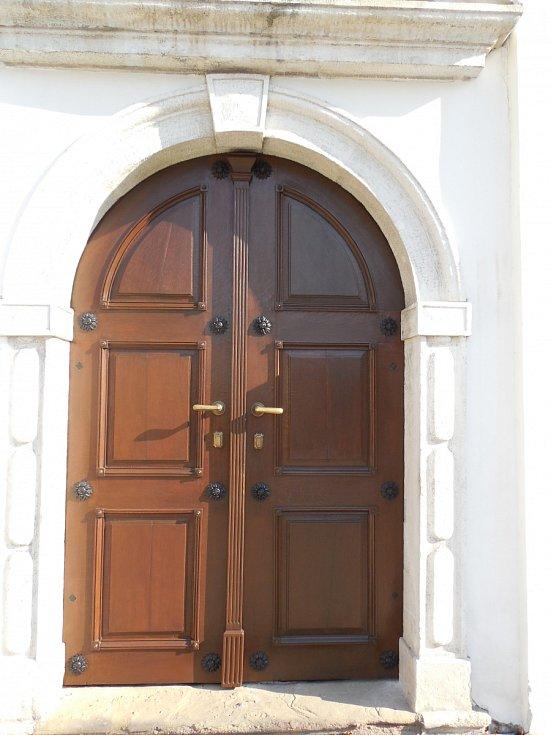 Restaurování dřevěných vstupních vrat v kostele Všech svatých v Rájci-Jestřebí.