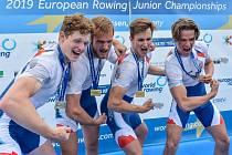 Brněnský veslař Marek Diblík (druhý zleva) slaví společně se svými parťáky titul juniorských mistrů Evropy.