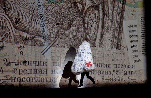 Záběr zprvního dějství Šostakovičovy opery Nos.