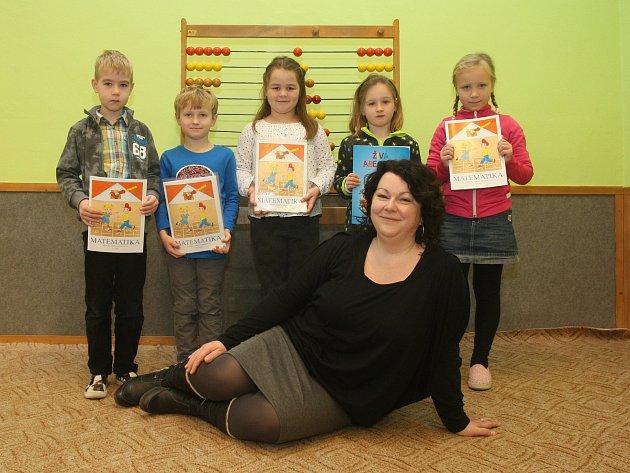 Prvňáčci vZŠ Přísnotice na brněnsku. Na fotografii 1.třída střídní učitelkou Janou Bystrzonovskou.