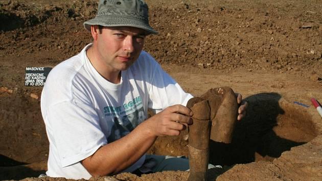 Archeolog Zdeněk Čižmář našel u Mašovic nedaleko Znojma unikátní sochu ženy starou sedm tisíc let