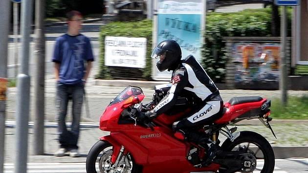 Motorkáři na rychlých strojích hazardují se životy