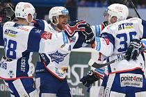 Hokejisté Komety Brno (v bílém) ovládli první extraligové semifinále s Plzní 3:2.