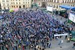 Fanoušci hokejové Komety se sešli na brněnském Zelném trhu při sledování úvodního finálového utkání Liberce a Komety Brno.