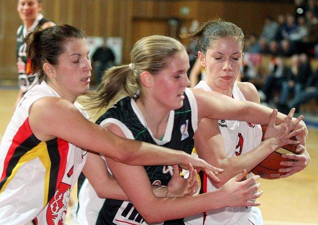 Basketbalistka Alena Hanušová (uprostřed).