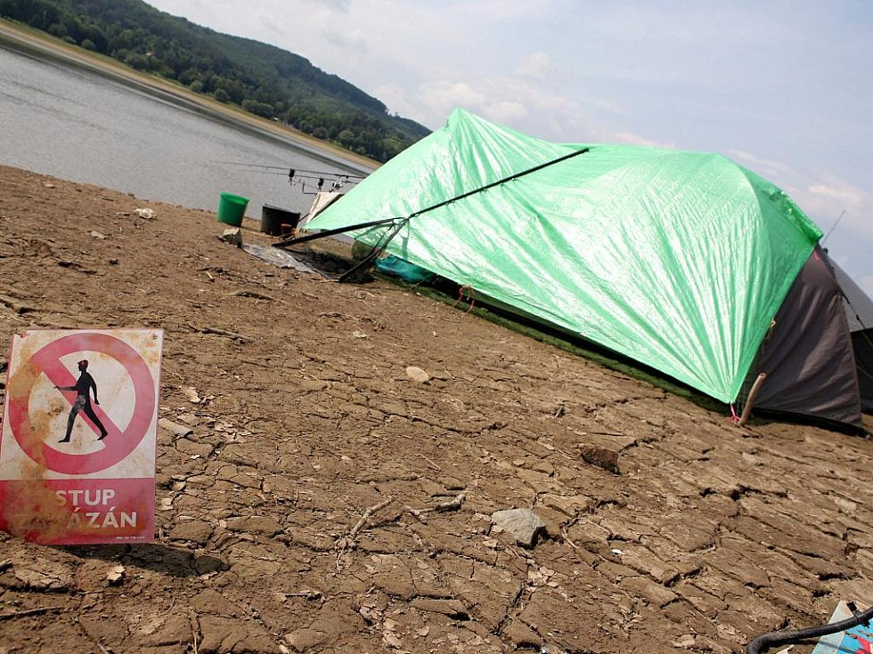 Rodině rybářů z Hradčan na Tišnovsku se na dně přehrady líbí. Ryb je prý v polovypuštěné nádrži dost. Bahna ani nevybuchlé válečné munice se otec s dvěma dětmi a psem nebojí.