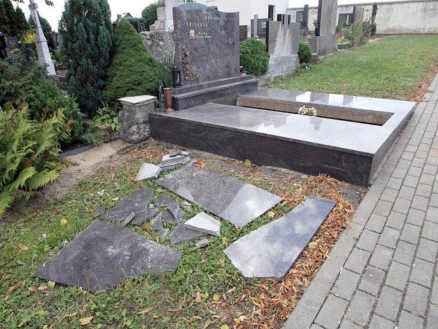 Spoušť čekala o víkendu na návštěvníky hřbitova v Podolí na Šlapanicku. Zatím neznámý pachatel tam v noci poškodil pět náhrobních kamenů, jednu náhrobní desku, několik květináčů a luceren se svícny.