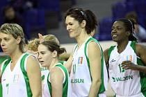 Basketbalistkám Valosunu Brno už Šárka Kašpárková (druhá zprava) nepomůže.
