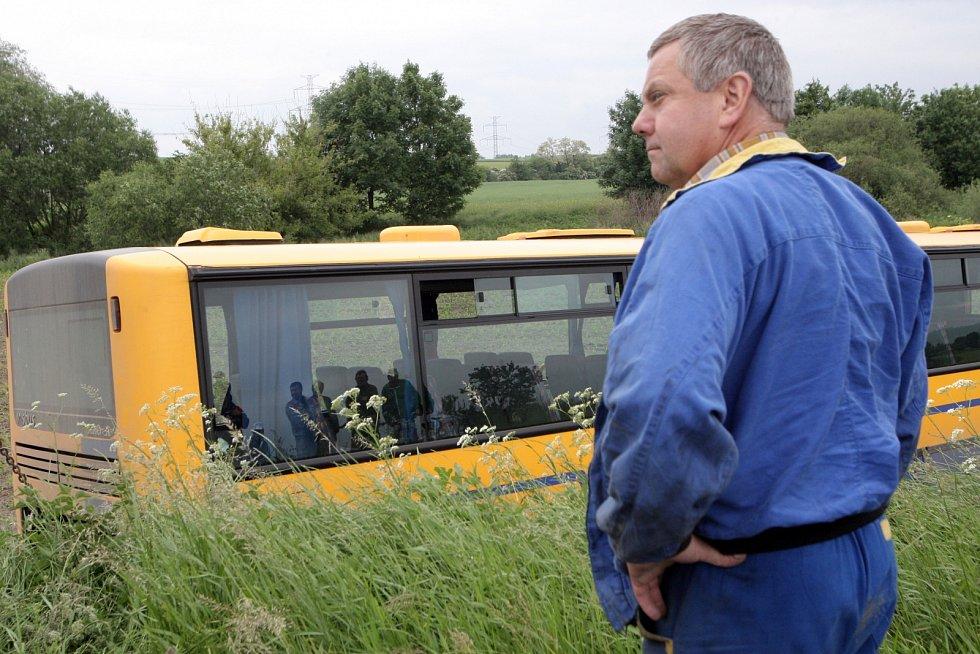 Osmapadesátiletý řidič autobusu vyjel u Žatčan na Brněnsku ze silnice nejprve do příkopu a pak do pole.