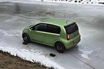 U Dolních Louček řidič nezvládl jízdu po ledu a skončil před osmou hodinou ráno v zamrzlém korytu řeky.