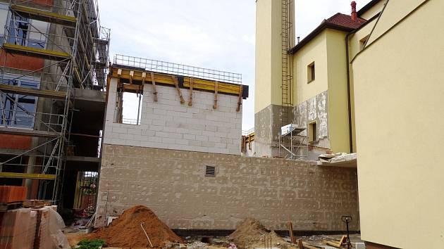 V nové přístavbě stávající základní školy v Pohořelicích vznikne deset tříd pro 260 dětí. Hotovo má být v červnu 2020.