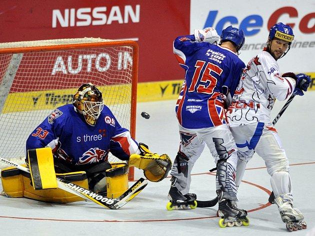 Utkání o páté až osmé místo na mistrovství světa v inline hokeji IIHF. Zleva brankář Velké Británie James Tanner, jeho spoluhráč Matt Viney a brněnský hokejista Pavel Strýček z České republiky.