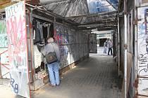 Stánky u obchodního domu Centrum museli jejich majitelé vyklidit.