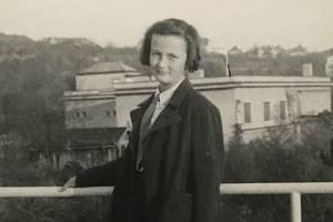 Marie Straková jako dvanáctiletá dívka na střeše Tesařovy vily. V pozadí je vidět vila Stiassni. Jde o unikátní, dosud nepublikovaný snímek.
