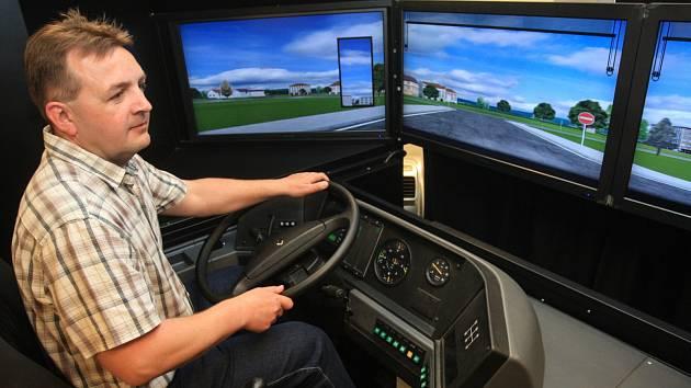 Jen čtyři z deseti zájemců splní testy a usednou do kabiny vozů brněnské hromadné dopravy. 130 hodin teorie a zkušební jízdy absolvují budoucí řidiči ve školicím středisku v Pisárkách. Autoškolu Dopravního podniku města Brna představuje další díl seriálu.