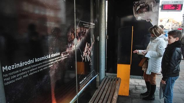 O vesmírných zajímavostech se mohou dozvědět Brňané při cestě hromadnou dopravou. V přestupním uzlu Česká pro ně totiž zaměstnanci planetária upravili jeden z přístřešků.