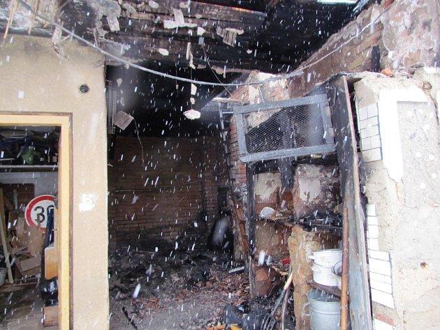 Zasahující hasič se zranil při požáru půdy rodinného domu, který začal hořet v úterý kolem šesté hodiny ráno v Kohoutovické ulici v brněnském Žebětíně.