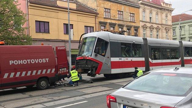 Nehoda tramvaje a nákladního auta ve Štefánikově ulici.