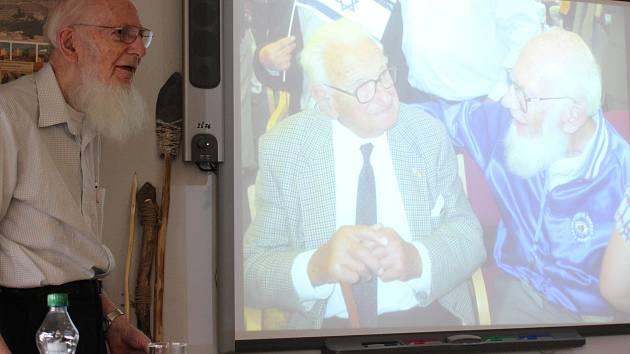 Britský makléř Nicholas Winton (na videu vlevo) zachránil v roce 1939 téměř sedm set československých židovských dětí včetně Tomáše Graumanna (na videu vpravo, na snímku vlevo). Židovská obec nyní pamětní deskou v Králově Poli připomene Wintonovy zásluhy.