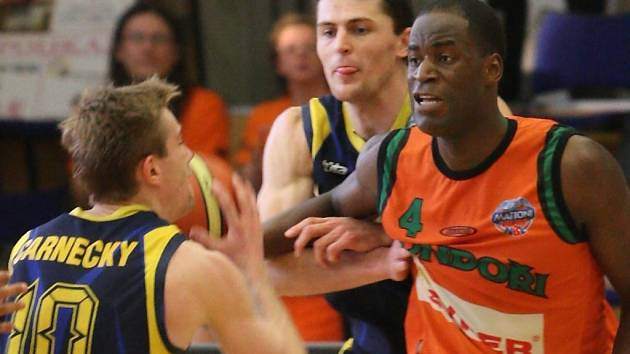 SÍLA POD KOŠ. Výraznou osobnost v podobě konžského pivota Borise Mena (v oranžovém) ulovil nový klub Mattoni NBL Basketbal Brno.