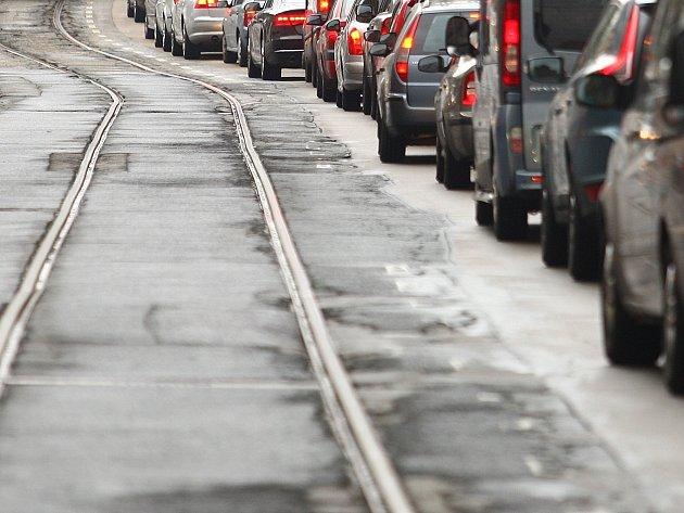 Silnice v Merhautově ulici plná děr: Do roku 2020 ji neopravíme, vzkazuje město