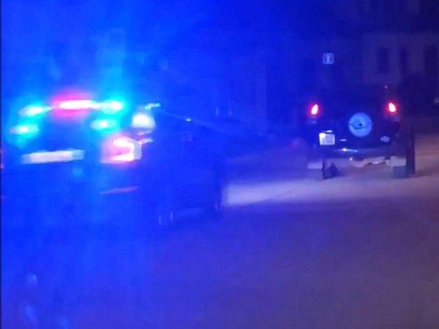 Zvláštní jízdy terénního auta, které kličkovalo po silnici, si všimli dopravní policisté, kteří se vraceli domů po službě. Za podezřelým autem se proto vydali.
