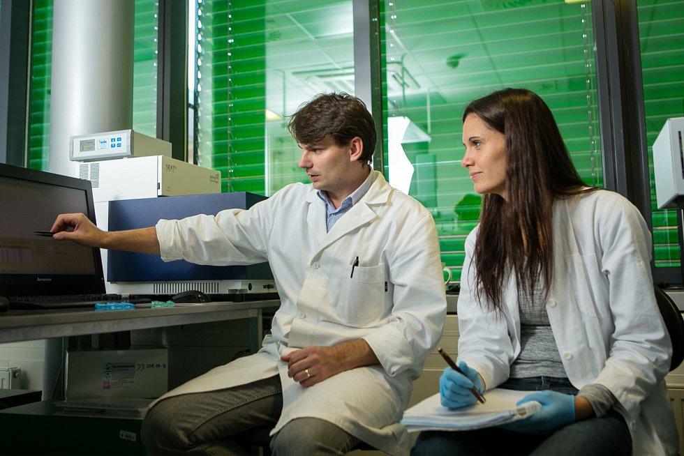 Laboratoře provádějící výzkum v oblasti proteinů.