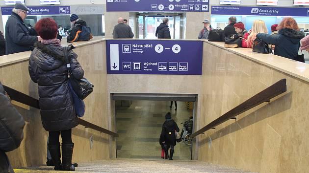 Hlavně starším lidem s horší pohyblivostí chybějí na opravovaném hlavním nádraží v Brně eskalátory. Jediný letitý eskalátor vede k odbavovací hale z podchodu před nádražím.
