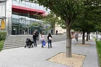 Knihovna se už může chlubit novým prostranstvím před budovou. To se změnilo už o prázdninách.