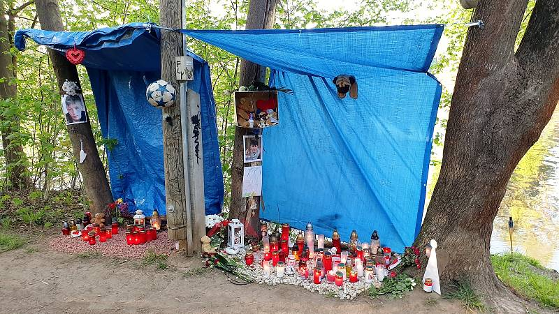 Vzpomínkové místo na břehu řeky Svratky u zastávky Veslařská v brněnském Jundrově.